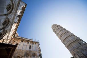 ピサの斜塔とドゥオーモを見上げるの写真素材 [FYI01709684]