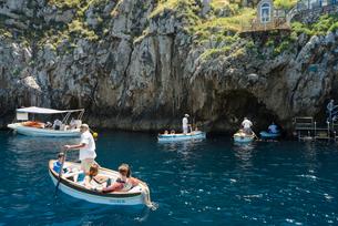 カプリ島青の洞窟入り口で順番待ちの小舟の写真素材 [FYI01709687]