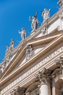 サン・ピエトロ大聖堂正面ファサード上部の写真素材 [FYI01709695]