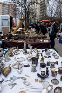ヴァンヴの蚤の市で売られている金属雑貨の写真素材 [FYI01709699]