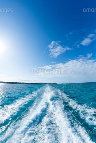 フェリーのしぶき立つ真っ青な海の写真素材 [FYI01709726]