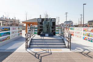 幼少期の信長を抱く父母像が立つ勝幡駅前風景の写真素材 [FYI01709740]