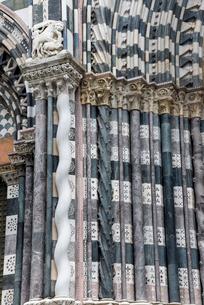 サン・ロレンツォ大聖堂ファサードの柱の写真素材 [FYI01709749]