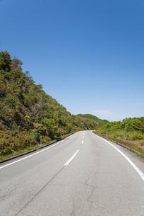 山並みの中を走る道路の写真素材 [FYI01709792]