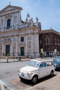 古い車と教会がある風景の写真素材 [FYI01709807]