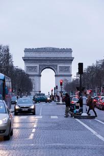 シャンゼリゼ大通りから見る凱旋門の写真素材 [FYI01709817]