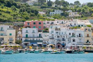 ボートが並ぶカプリ島マリーナ風景の写真素材 [FYI01709838]