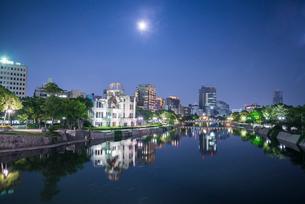 川に映り込む月と原爆ドームの写真素材 [FYI01709899]