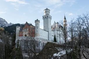 冬の樹木越しに見るノイシュヴァンシュタイン城の写真素材 [FYI01709910]