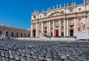 サン・ピエトロ大聖堂と広場に並べられたイべント用の椅子の写真素材 [FYI01709914]