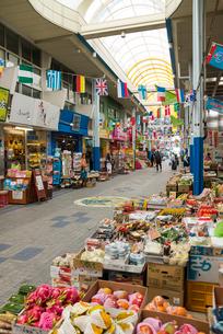 沖縄特産品が並ぶアーケード内店先の写真素材 [FYI01709924]
