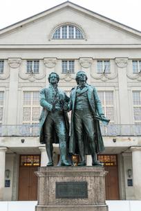 ワイマール国民劇場の前にたつゲーテとシラーの像の写真素材 [FYI01709952]