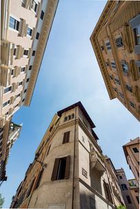 古い建物越しに天を仰ぐの写真素材 [FYI01709954]