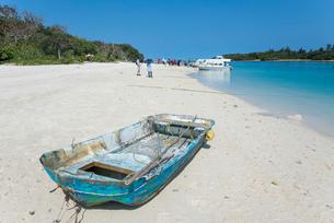 砂浜に上げられたボートがある川平湾風景の写真素材 [FYI01709968]