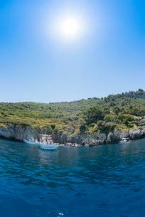 カプリ島青の洞窟入り口付近の風景の写真素材 [FYI01709999]
