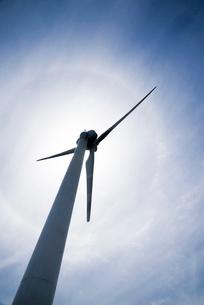 太陽に向かって聳え立つ風力発電風車の写真素材 [FYI01710040]