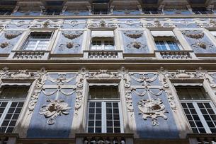 ガリバルディ通りの外壁がレリーフで飾られた宮殿の写真素材 [FYI01710070]