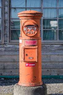 レトロなだるま郵便ポストの写真素材 [FYI01710078]