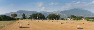 山並みと牧草の束の写真素材 [FYI01710122]