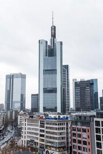 高層ビルが建ち並ぶ欧州経済の中心地フランクフルトの写真素材 [FYI01710131]
