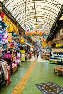 那覇市の市場アーケードの写真素材 [FYI01710136]