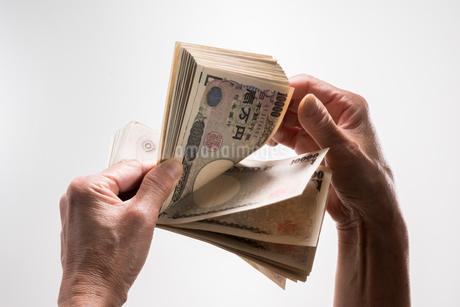 1万円札を数えるの写真素材 [FYI01710161]