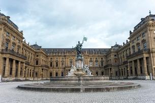 ヴュルツブルクのレジデンツとフランコニアの噴水の写真素材 [FYI01710167]