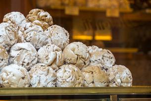 ローテンブルクの伝統菓子シュネーバルの写真素材 [FYI01710172]