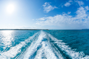 フェリーのしぶき立つ真っ青な海の写真素材 [FYI01710211]