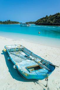 砂浜に上げられたボートがある川平湾風景の写真素材 [FYI01710240]