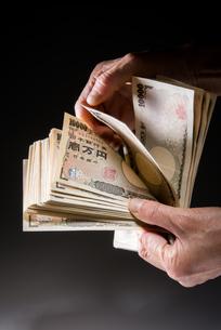 1万円札を数えるの写真素材 [FYI01710273]