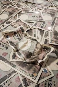 一面にバラまかれた1万円札の写真素材 [FYI01710276]