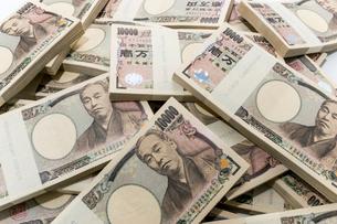 雑に重ね置かれた1万円札束の写真素材 [FYI01710290]