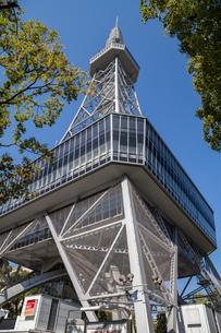 樹木越しに聳え立つ名古屋テレビ塔の写真素材 [FYI01710294]