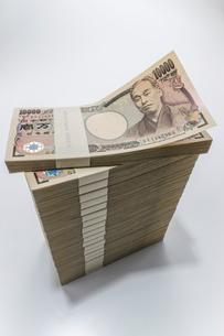 きれいに積み見上げられた1万円札束の写真素材 [FYI01710296]