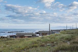 日本海沿岸の漁業家屋の写真素材 [FYI01710314]