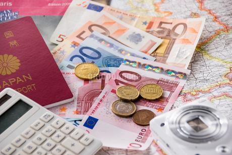 地図とユーロとパスポートとカメラと電卓の写真素材 [FYI01710325]