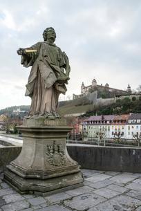 マイン橋の聖コロナト像越しに見るマリエンベルク要塞の写真素材 [FYI01710339]