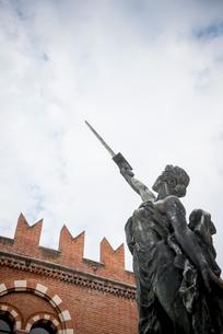 剣を天に指す女性像の写真素材 [FYI01710351]