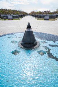 平和の広場の平和の火より平和の礎を見るの写真素材 [FYI01710367]