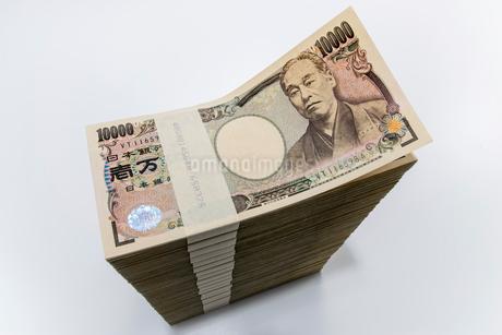 真っすぐに積み上げられた1万円札束の写真素材 [FYI01710385]