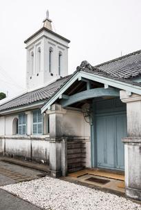 出津教会堂側面より見る鐘楼と出入り口風景の写真素材 [FYI01710386]