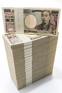 真っすぐに積み上げられた1万円札束の写真素材 [FYI01710387]