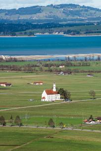 ノイシュヴァンシュタイン城からフォルゲン湖と教会を見る風景の写真素材 [FYI01710400]