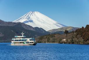 遊覧船を見る芦ノ湖より雪被る富士山を望むの写真素材 [FYI01710412]