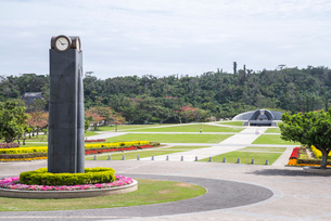 平和祈念公園時計塔越しに見る平和の丘の写真素材 [FYI01710416]