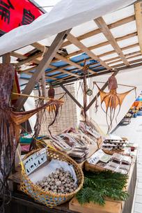 タコを干物にした朝市露店風景の写真素材 [FYI01710434]