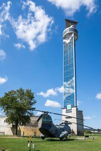 雲ある青空に聳え立つクロスランドタワーの写真素材 [FYI01710452]
