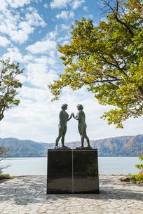 十和田湖湖畔に建つ乙女の像の写真素材 [FYI01710459]