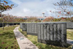 平和の礎の刻銘碑越しに沖縄県平和祈念資料館を見るの写真素材 [FYI01710460]